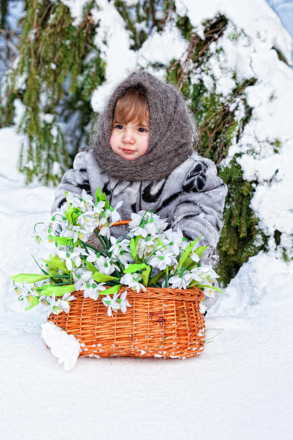 Bambina in un legno di inverno immagini stock