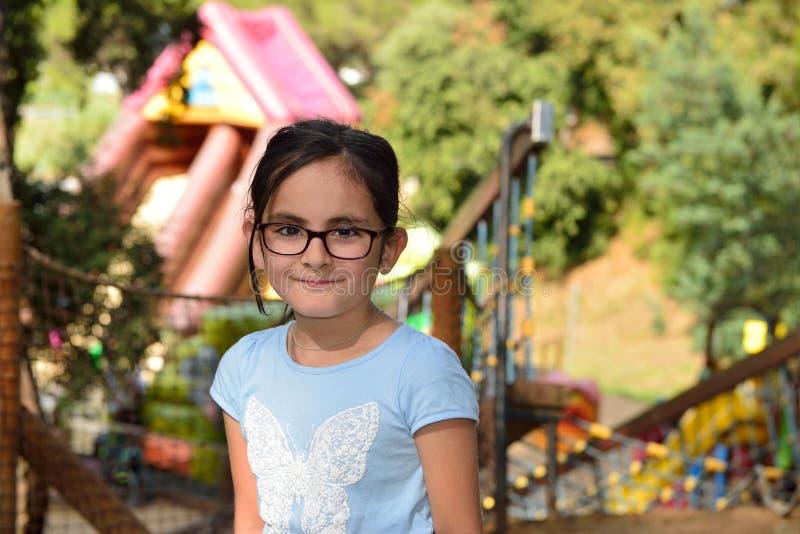 Bambina in un parco di avventura fotografia stock