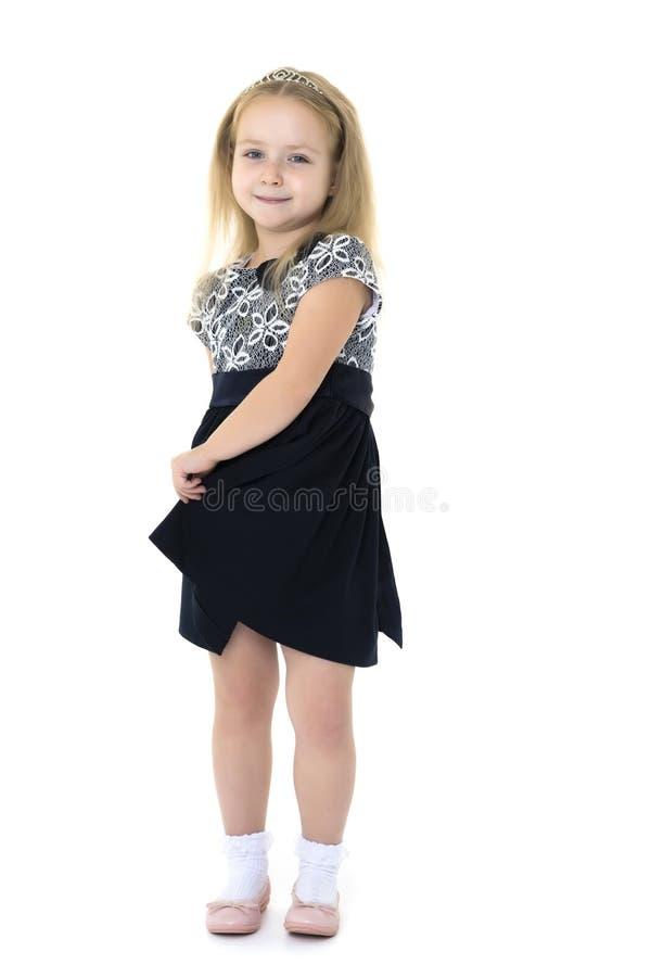 Bambina in un vestito che si sviluppa nel vento fotografia stock libera da diritti