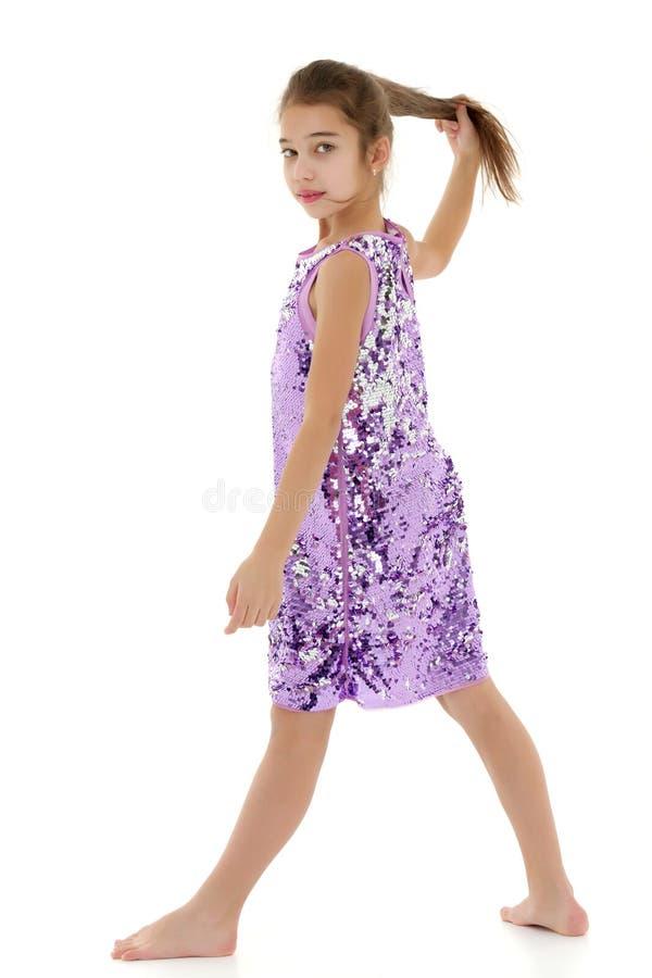 Bambina in un vestito che si sviluppa nel vento immagine stock libera da diritti