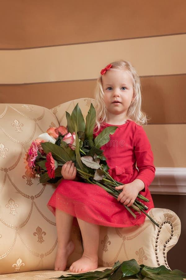 Bambina in un vestito rosso fotografia stock