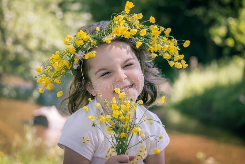 bambina in una corona dei fiori gialli fotografie stock