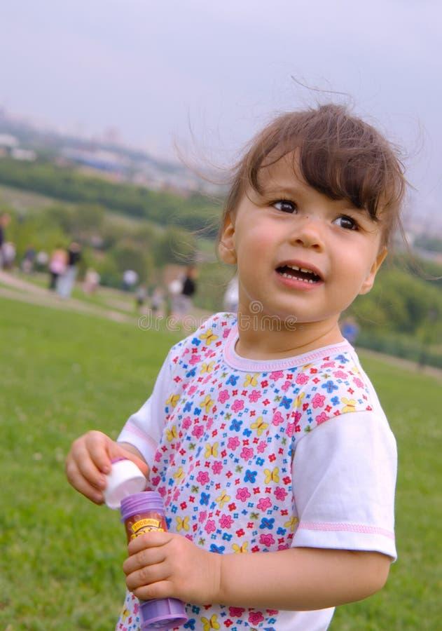 Bambina in una sosta immagini stock libere da diritti