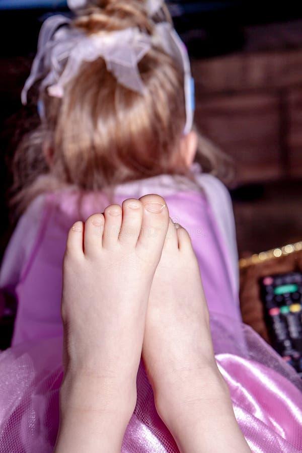 Bambina vestita come la televisione di sorveglianza di principessa immagine stock libera da diritti
