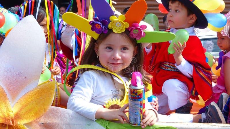 Bambina vestita in costume di carnevale con la latta di spruzzo immagine stock