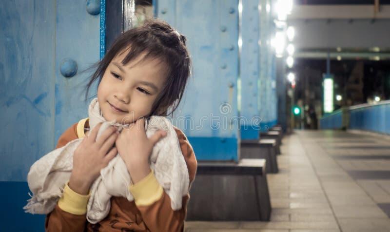 Bambina in vestiti di inverno immagini stock libere da diritti