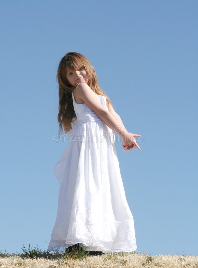 Bambina in vestito bianco immagini stock