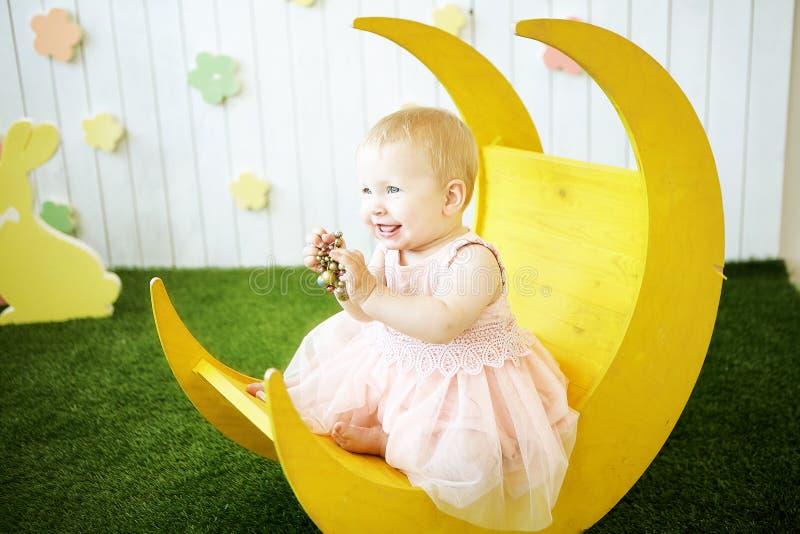 Bambina in vestito giallo con la decorazione in suoi capelli alla m. immagini stock libere da diritti