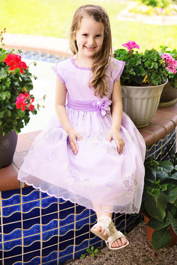 Bambina in vestito operato immagine stock