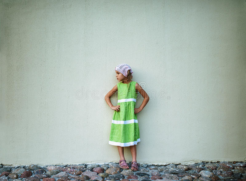 Bambina in vestito verde fotografia stock