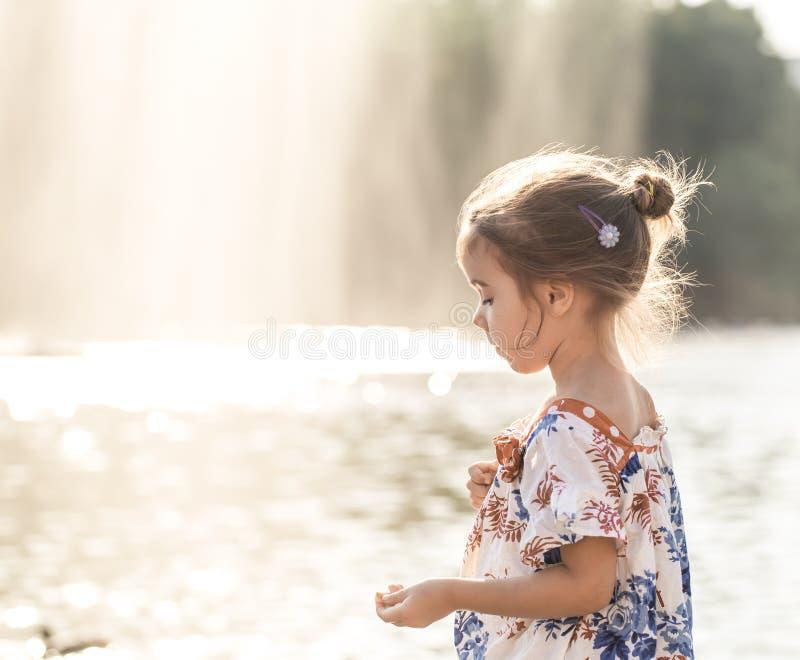 Bambina vicino all'acqua fotografie stock