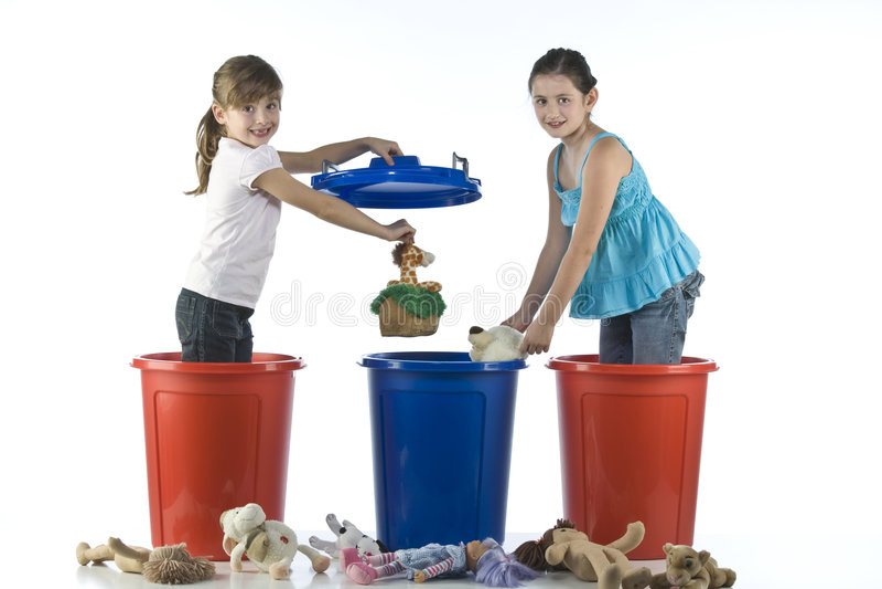 Bambine che giocano nell'i tamburi di plastica fotografie stock libere da diritti