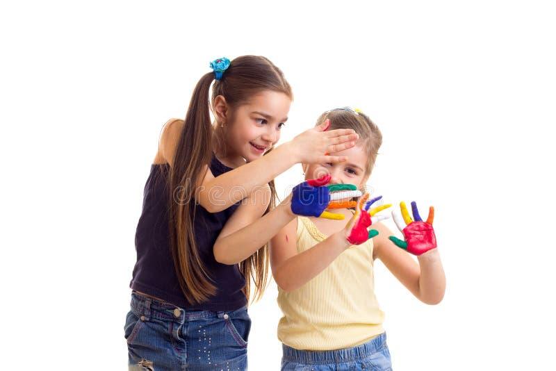 Bambine con le mani colorate immagini stock libere da diritti