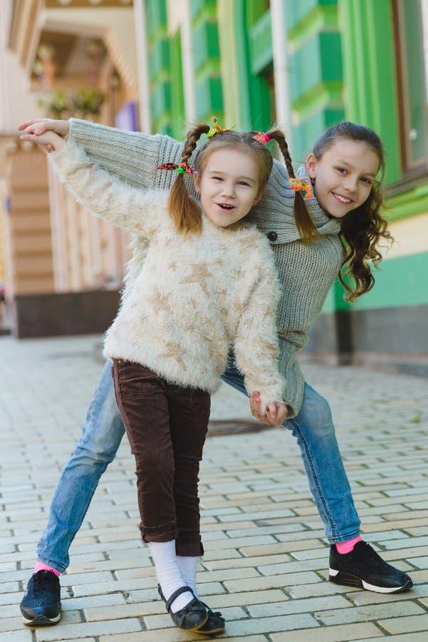 Bambine felici all'aperto in città il bello giorno di molla fotografia stock