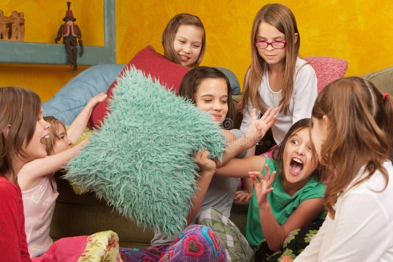 Bambine Pillowfighting fotografia stock libera da diritti