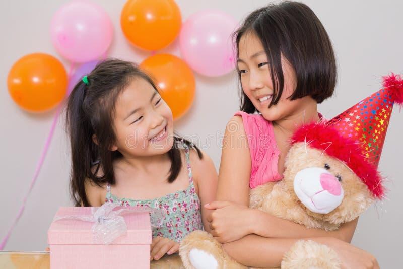 Bambine sveglie ad una festa di compleanno fotografie stock
