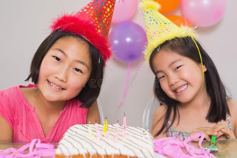 Bambine sveglie alla festa di compleanno fotografie stock libere da diritti