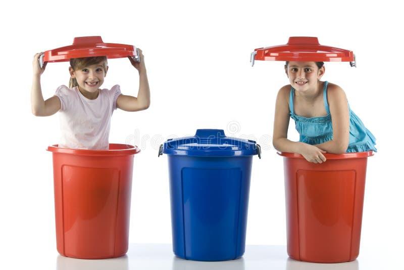 Bambine in tamburi di plastica fotografia stock libera da diritti