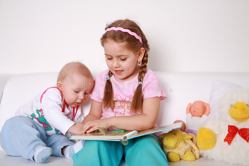 Bambini adorabili che leggono e che giocano fotografia stock
