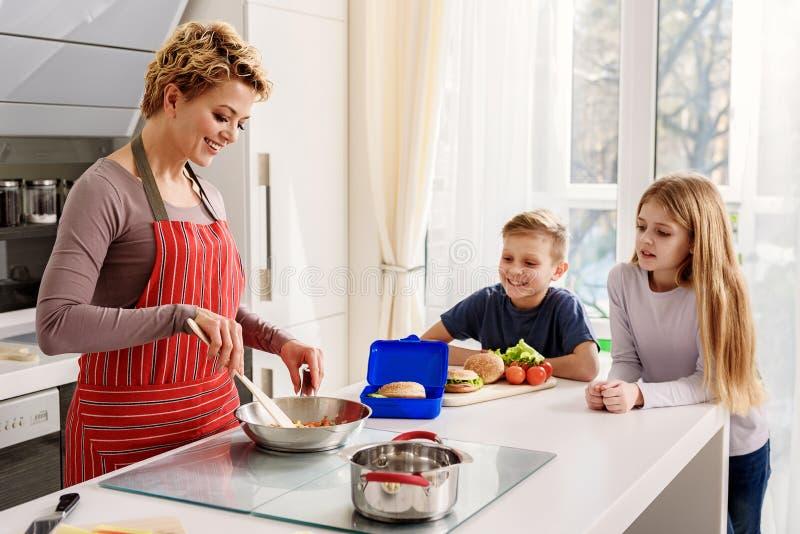 Bambini affamati che aspettano prima colazione in cucina immagini stock
