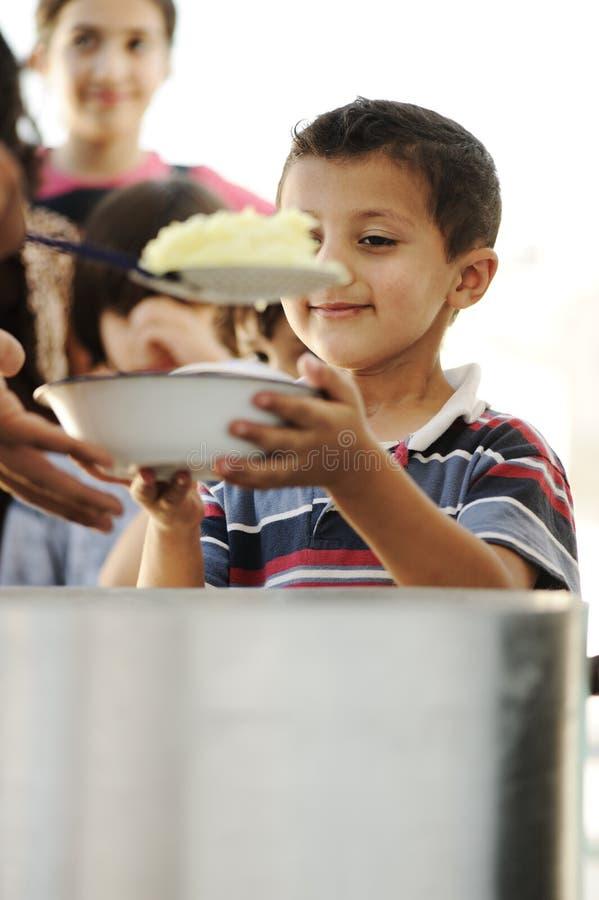 Bambini affamati nell'accampamento di rifugiato immagine stock