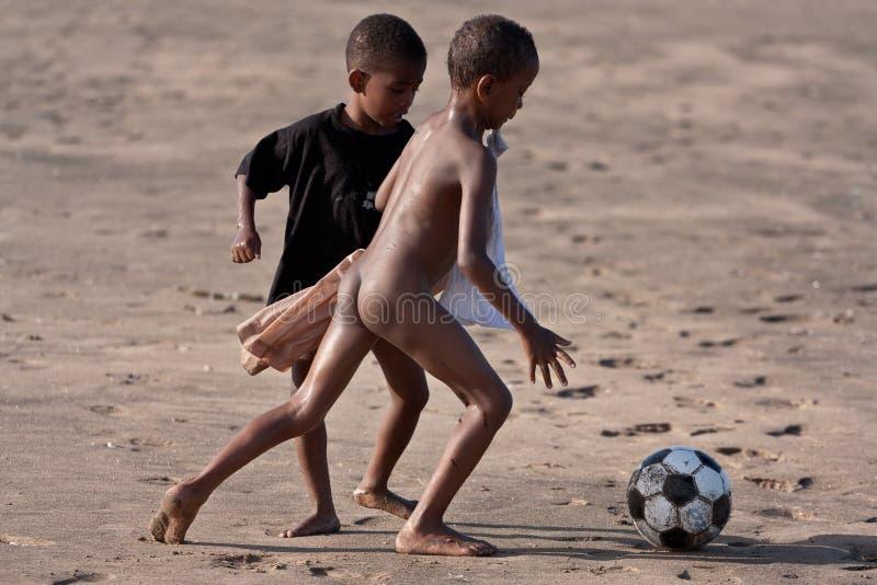 Bambini africani che giocano gioco del calcio fotografia stock