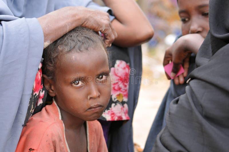 Bambini africani tristi. Campo profughi di fame immagine stock