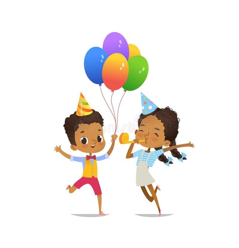 Bambini afroamericani felici con i palloni ed il cappello di compleanno che salta felicemente sul fondo bianco Illustrazione di v illustrazione di stock