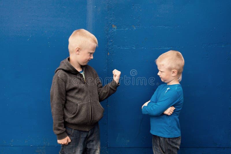 Bambini aggressivi arrabbiati fotografia stock libera da diritti