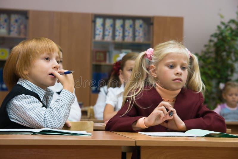 Bambini al banco immagine stock