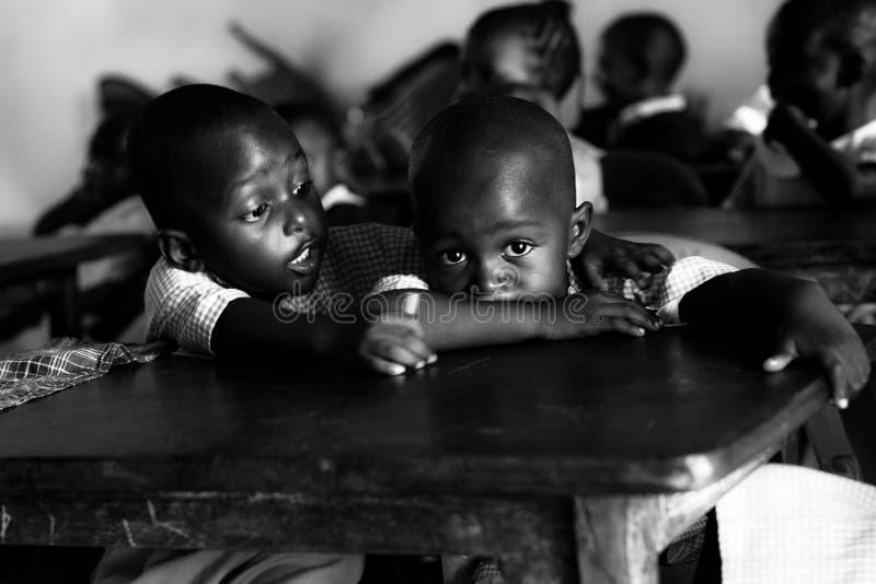 Bambini al banco in Malindi, Kenia, occhi africani fotografia stock