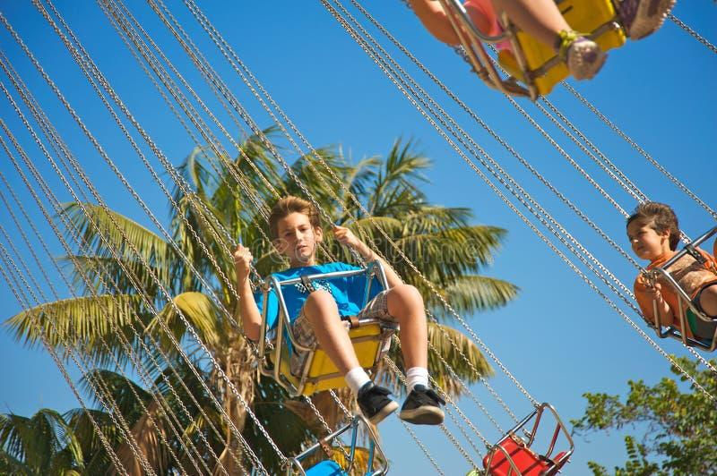 Bambini al parco di divertimenti immagine stock
