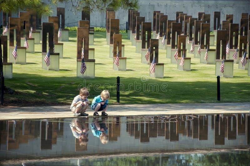 Bambini al sito del bombardamento di Oklahoma City immagine stock