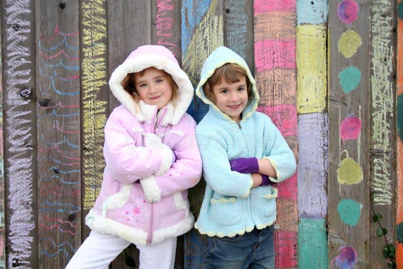 Bambini all'esterno in inverno fotografie stock