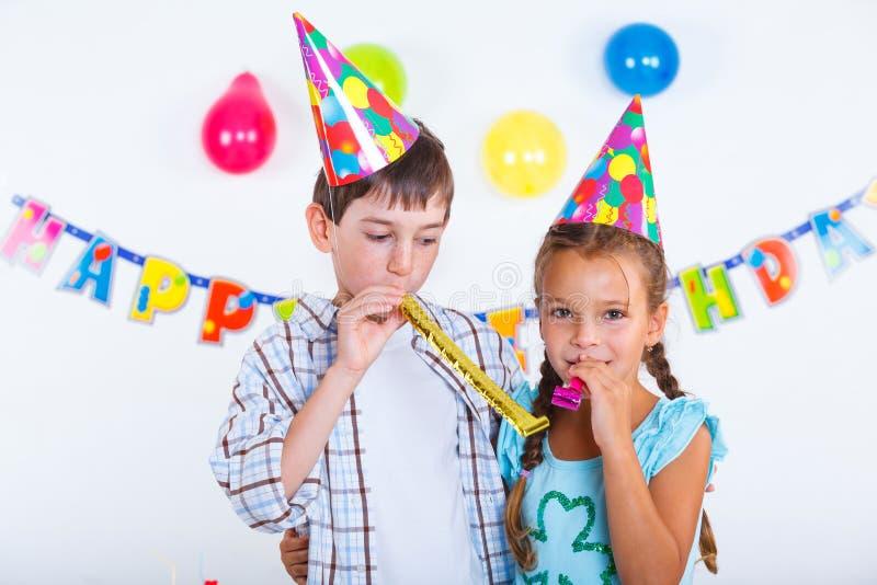 Bambini alla festa di compleanno immagine stock