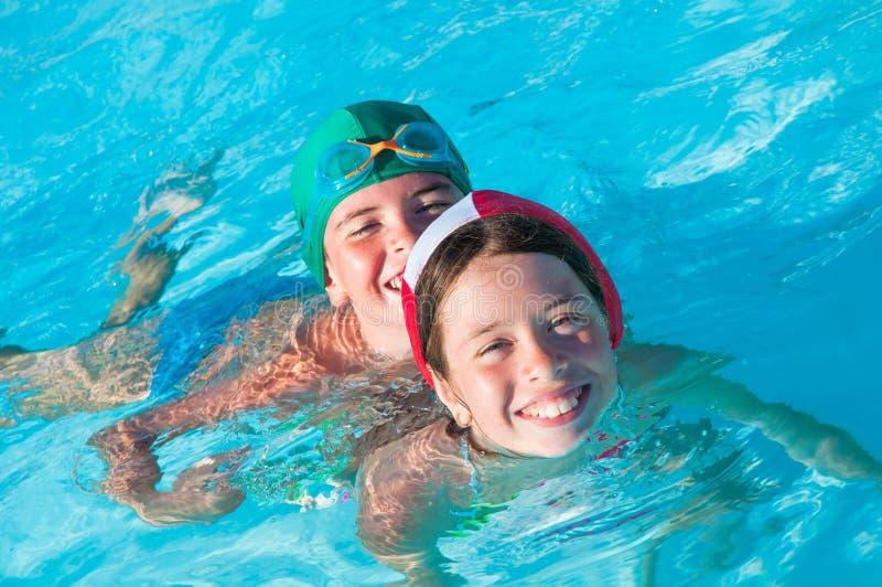 Bambini alla piscina immagine stock