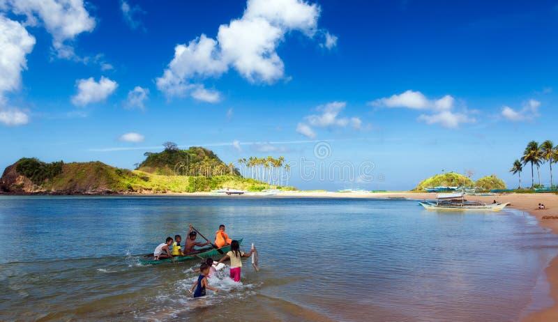 Bambini alla spiaggia di Nacpan fotografia stock