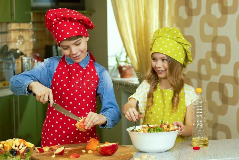 Bambini allegri che preparano alimento fotografie stock