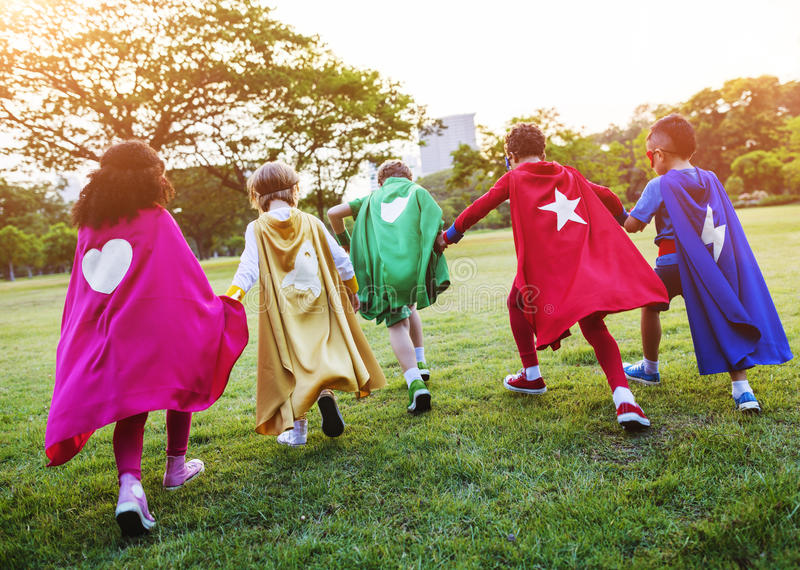 Bambini allegri dei supereroi che esprimono concetto di positività immagini stock