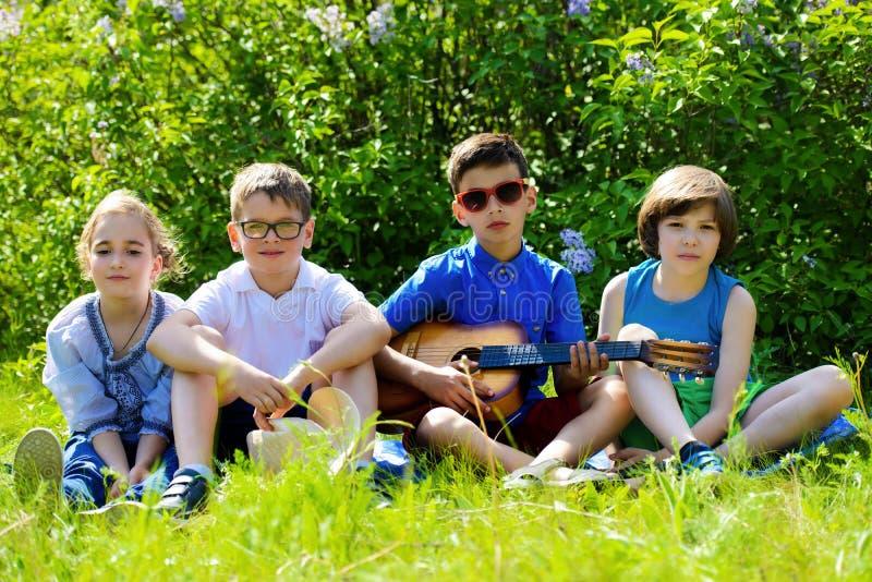 Bambini allegri di riposo immagine stock