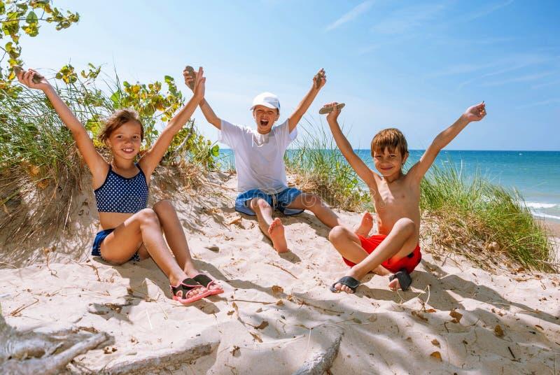 Bambini allegri sulla riva del lago Michigan, Indiana, U.S.A. fotografia stock