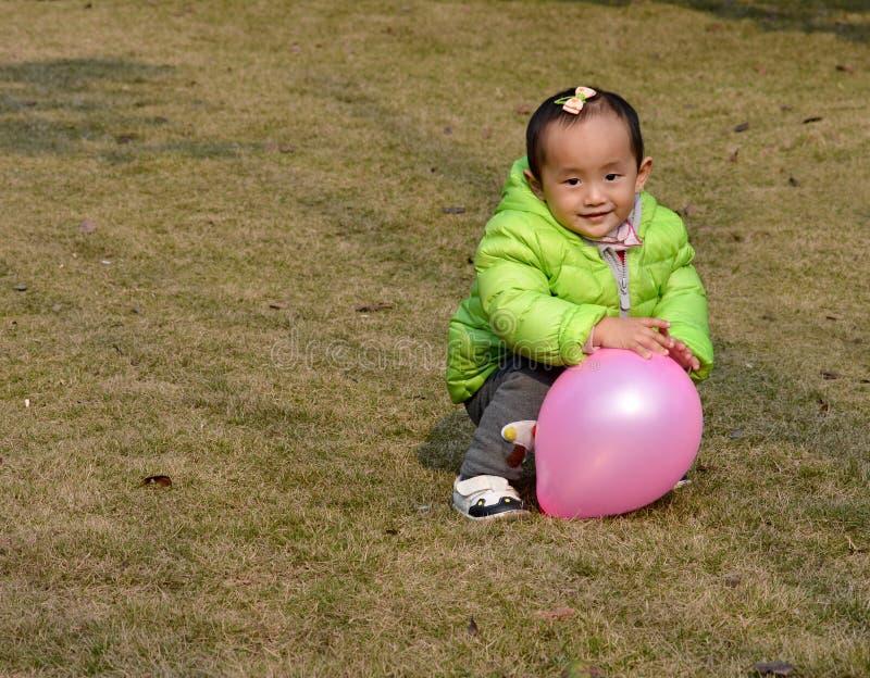 Bambini asiatici con un pallone fotografia stock