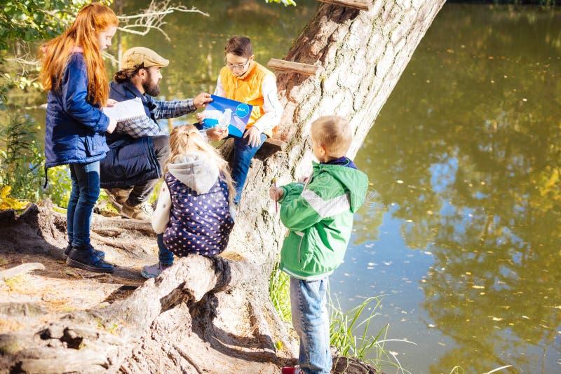 Bambini astuti allegri che discutono insieme riscaldamento globale fotografie stock libere da diritti