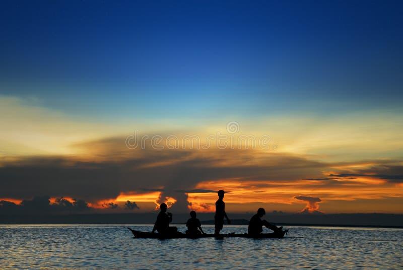 Bambini in canoa tropicale fotografie stock