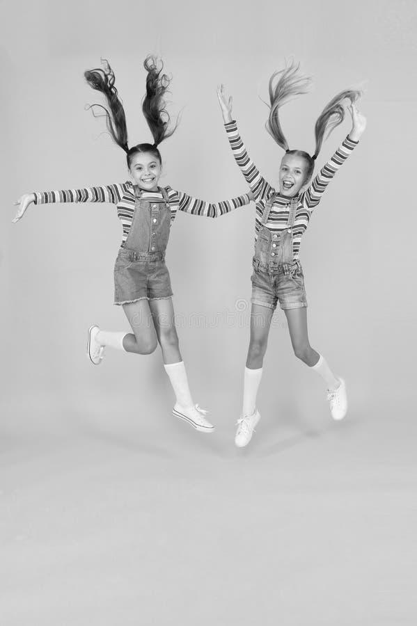 Bambini carini, stessi vestiti Alla moda e alla moda Bambini emotivi Fashion Shop Deve avere un accessorio Moderno Bambini immagine stock