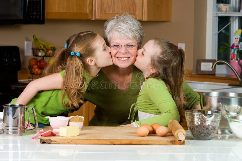Bambini che amano la loro nonna immagine stock libera da diritti