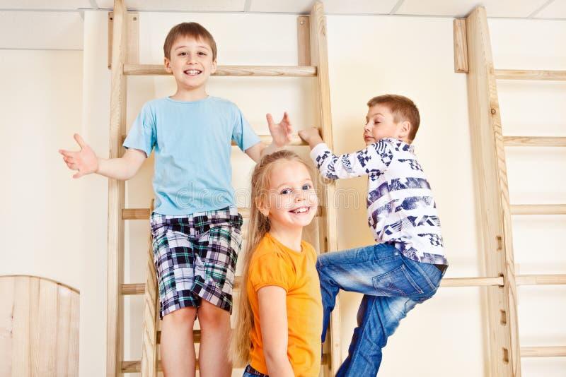 Bambini che arrampicano le barre di parete fotografia stock libera da diritti