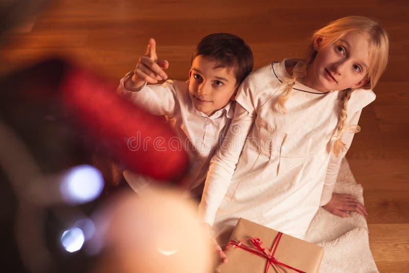 Bambini che aspettano il Babbo Natale immagine stock libera da diritti