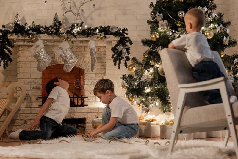 Bambini che aspettano il nuovo anno fotografia stock libera da diritti