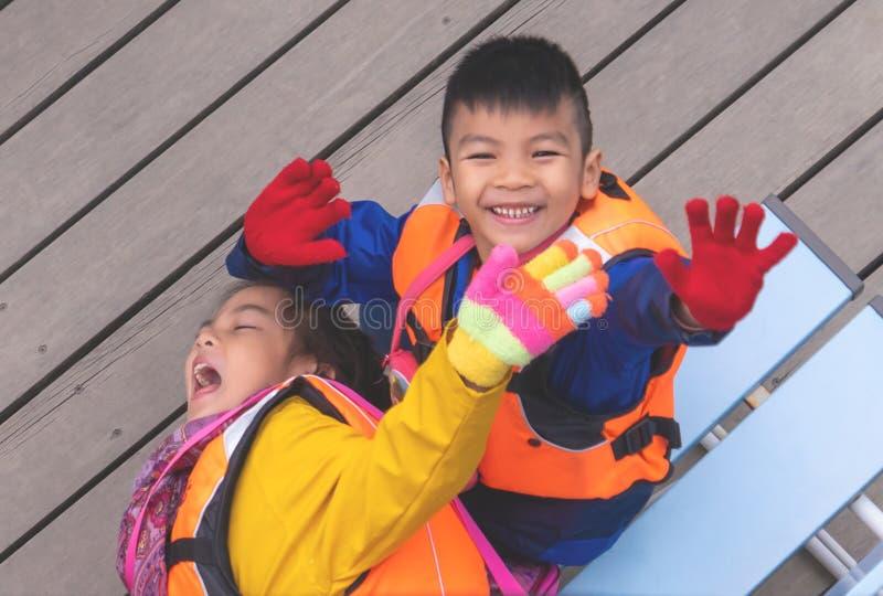 Bambini che aspettano per imbarcarsi sulla pagaia per attivit? di svago fotografia stock